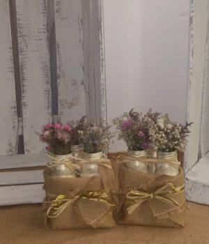 Saquito de arpillera con tres lecheritas en color crema