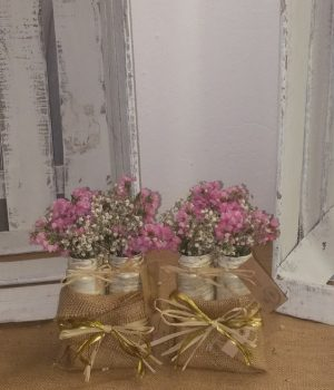 Saquito de arpillera con tres violeteros en color crema